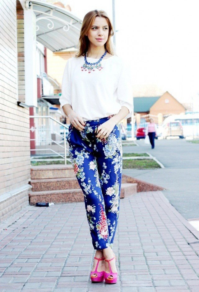 Floral Printed Pants Outfit Idea