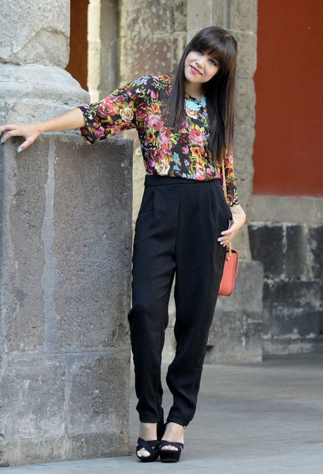 Floral Printed Top and Black Baggy Pants Outfit