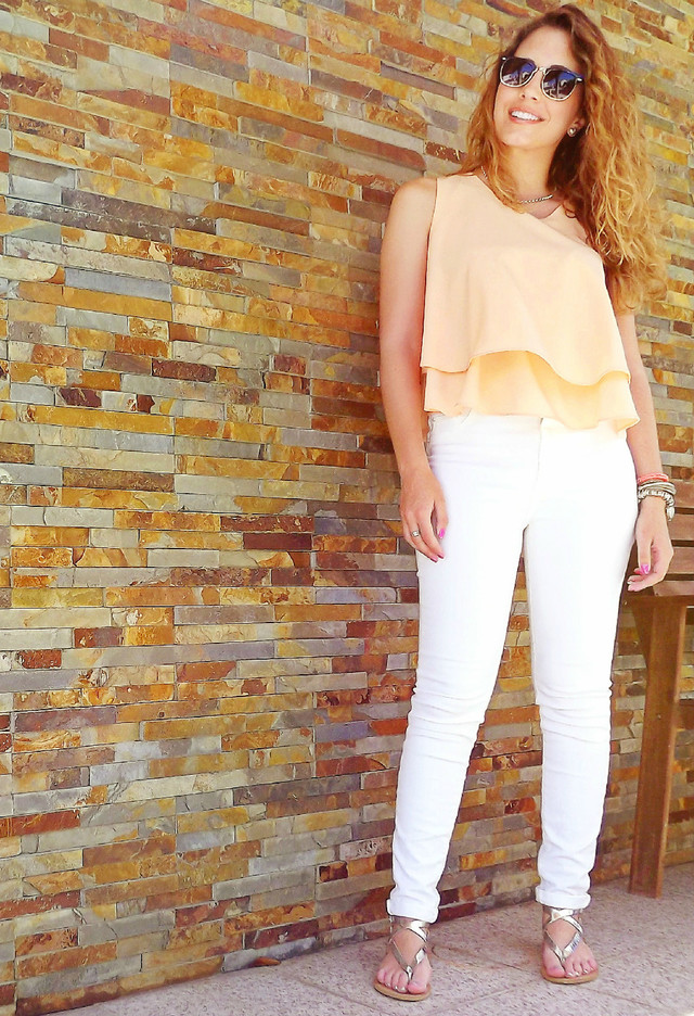 Pretty Outfit Idea with White Jeans