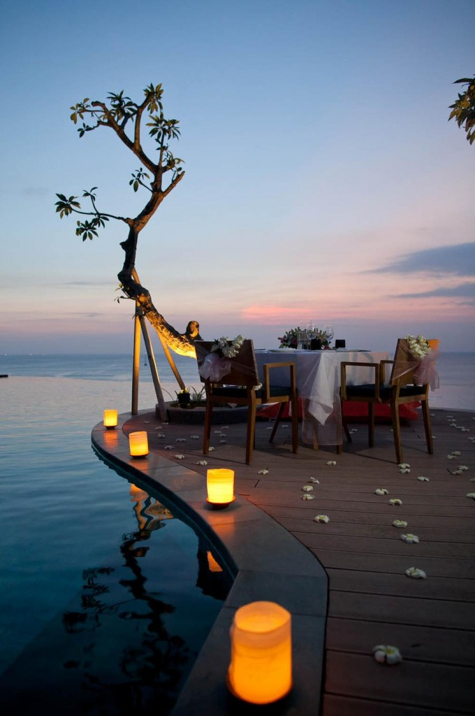 Outdoor Table: Romantic Lights