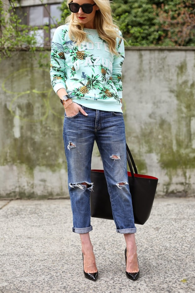 Printed Sweater and Ripped Jeans Outfit Idea