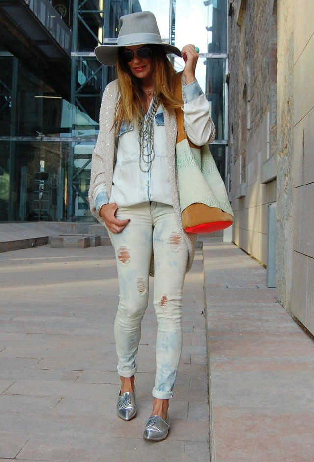 Ripped Jeans Outfit Idea with Silver Flat Shoes