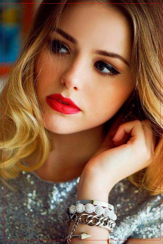 Stunning Makeup Idea with Red Lips