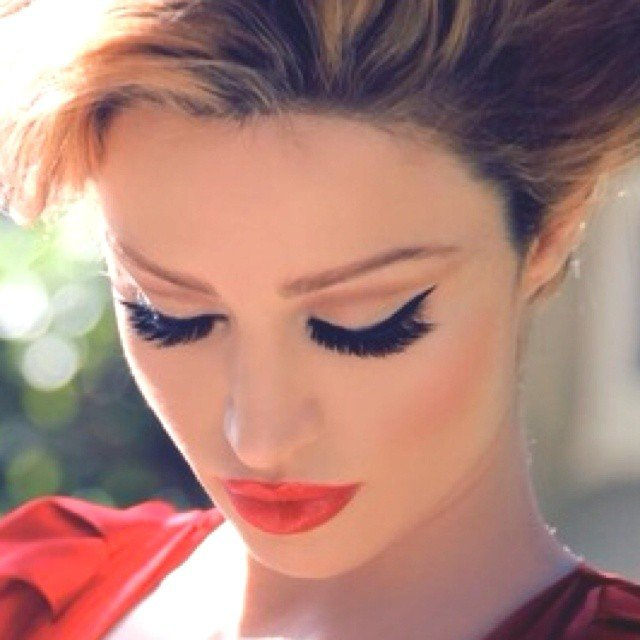 Stylish Cat Eye Makeup Idea with Long Lashes