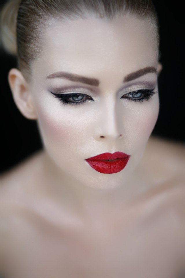 Stylish Makeup Idea with Red Lips