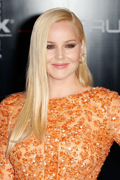Abbie Cornish Deep Side-parted Long Hair with Pastel Lips