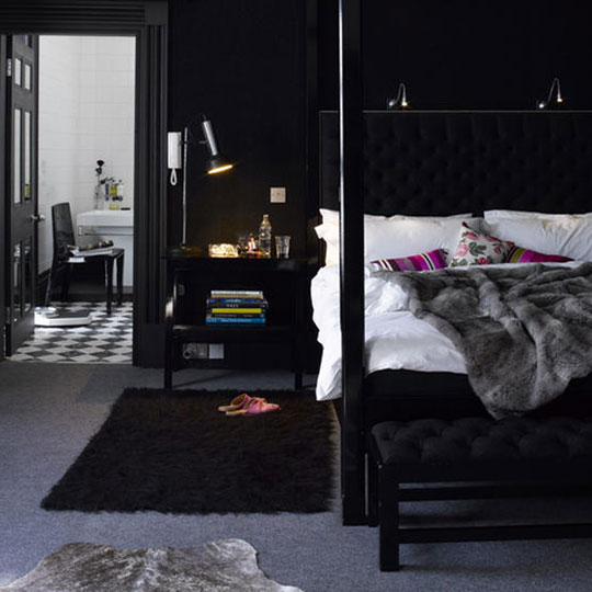 Bedroom decoration black wall art pretty designs for Black wall room ideas