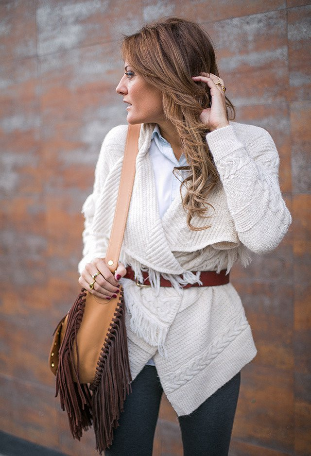 Stylish White Poncho Outfit Idea for Fall