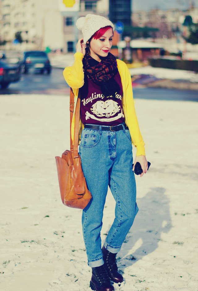 Chic Outfit Idea with A Knitted Hat