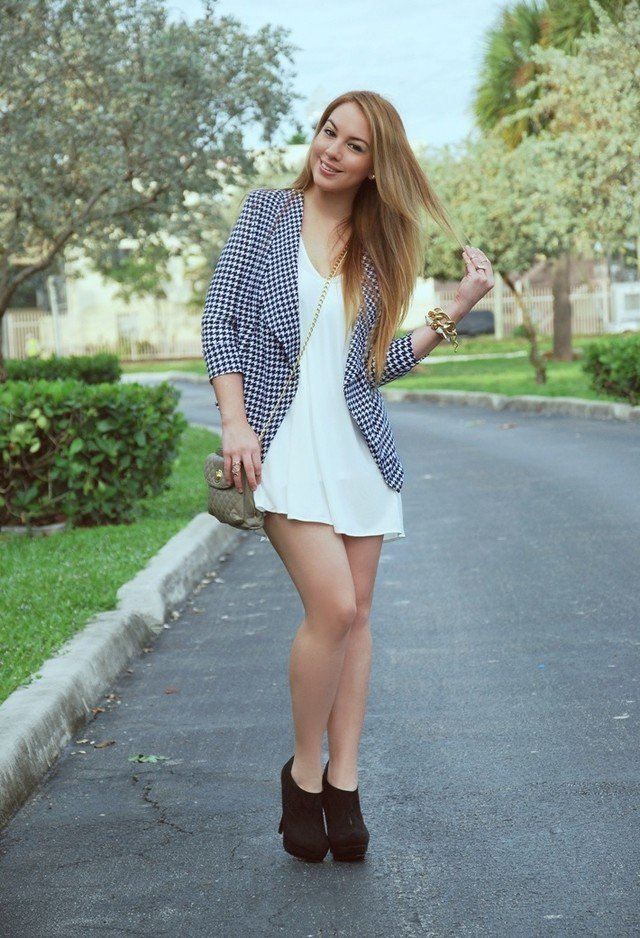 Hot Plaid Blazer Outfit Idea for Young Women