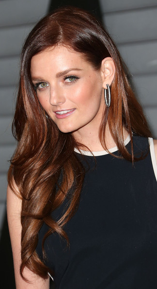 Lydia Hearst Long Wavy Hairstyle and Nude Makeup