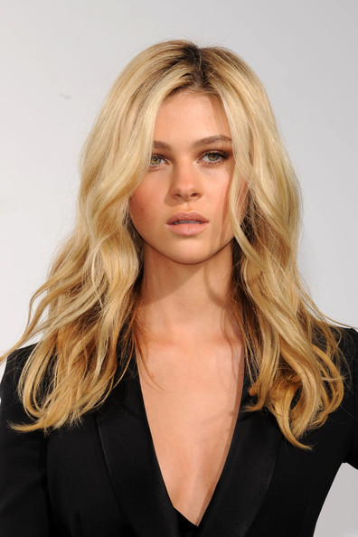 Nicola Peltz Long Tousled Long Wavy Hairstyle and Nude Makeup