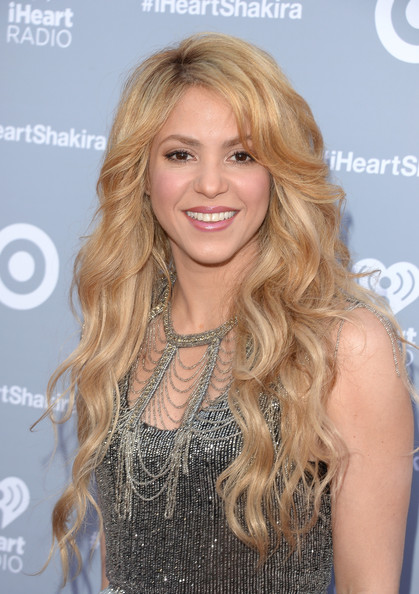 Shakira Flowing Long Wavy Cut and Nude Makeup