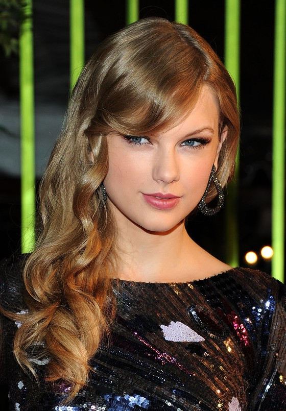 Taylor Swift Romantic Side Swept Curly Hairstyle for Winter