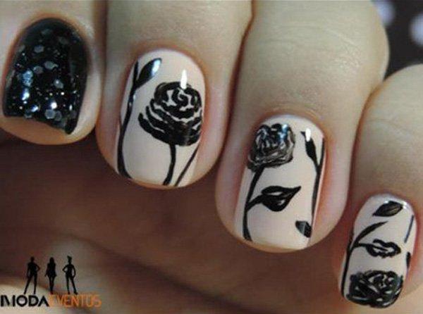 Schwarzes Blumennagel-Design