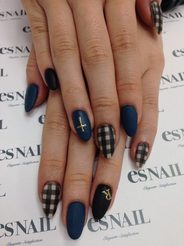 Elegant Black Plaid Nail Design