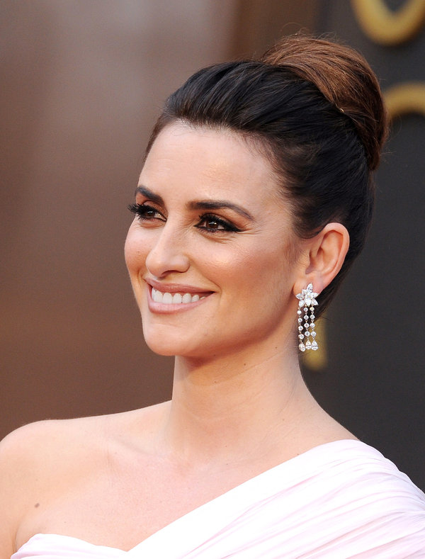 20 Glamorous Updo Hairstyles That Approved By Celebrities Pretty Designs