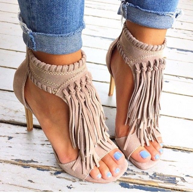 247a7676189d 15 Ideas to Wear Pairs of Fringe Sandals - Pretty Designs
