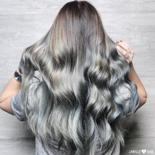 18 Ideeën om een grijze haarlook te stylen Haarkleur  stylen ideeen haarlook grijze