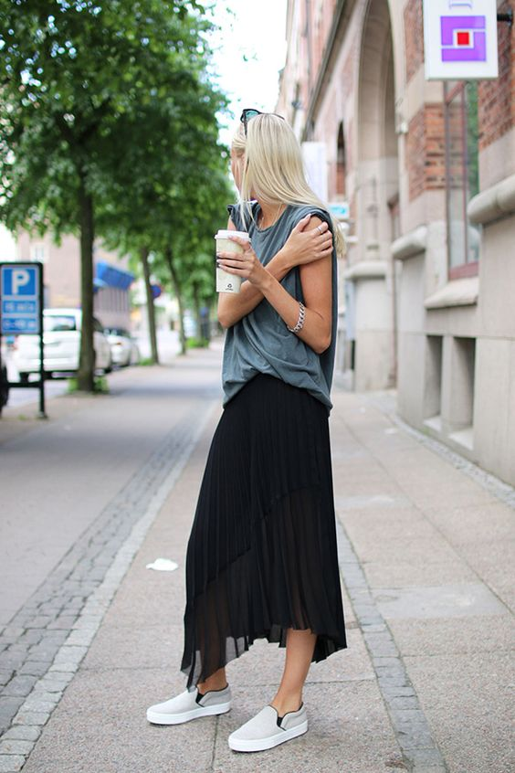 17 Sassy Ideas to Wear Skirts and Sneakers