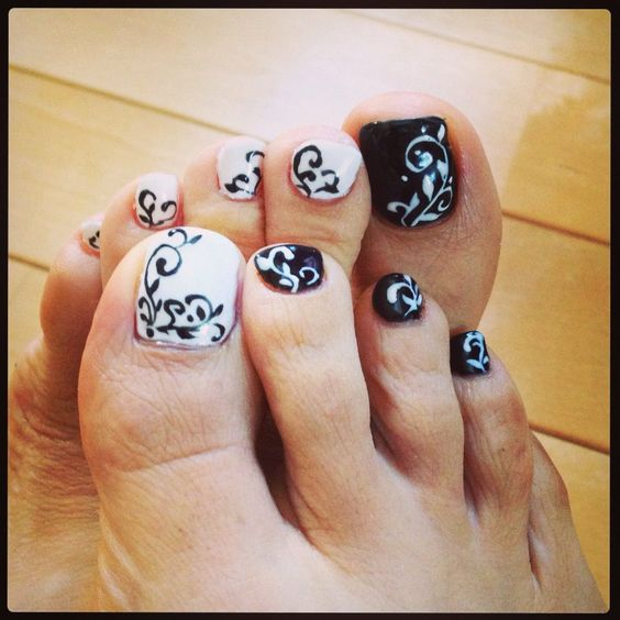 Black and White Toe Nails via