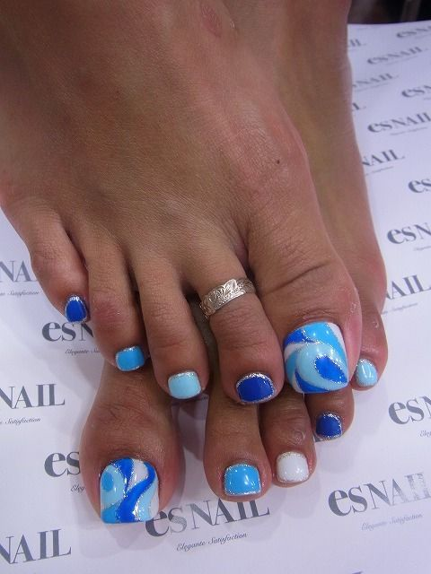 Deep Blue and Pale Blue Toe Nails via - 30 Really Cute Toe Nails For Summer - Pretty Designs