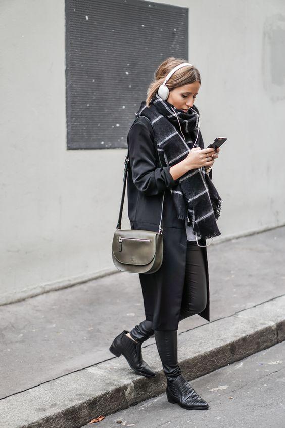 black-outfit-with-tartan-scarf via